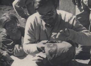 パンボチェ村にあったイエティの頭皮。調査しているのは別のチーム(1954年撮影)。